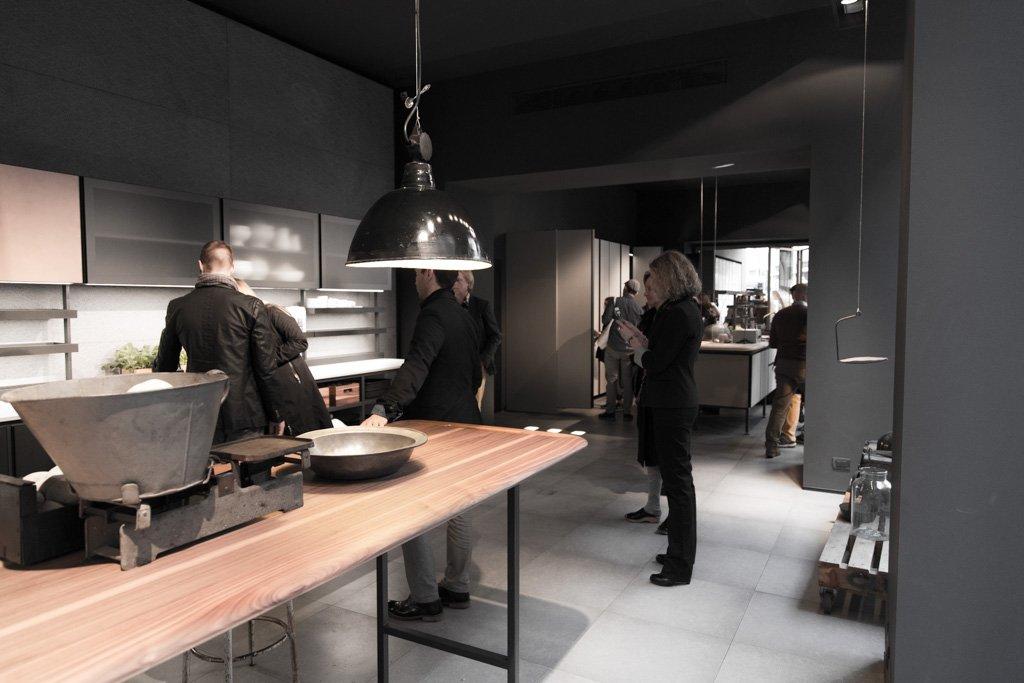 Presentazione cucina Salinas Boffi con superfici Nerosicilia